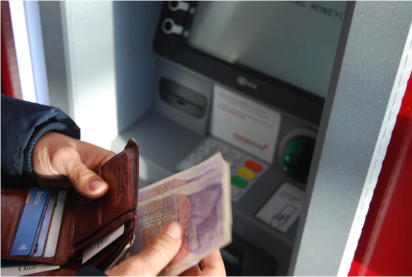 ATMの引き出し上限額に注意