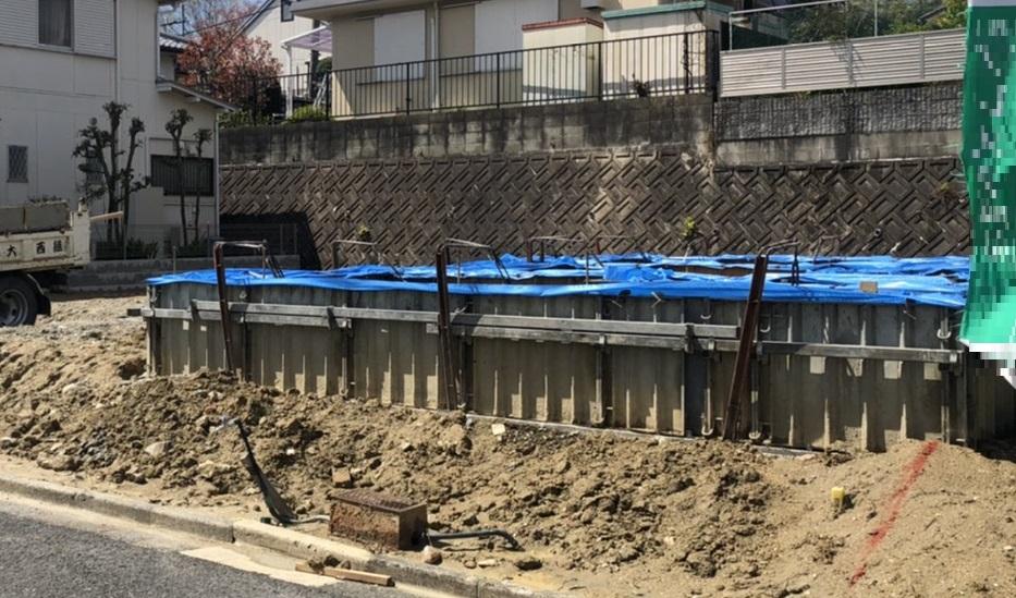 基礎工事にブルーシートをかけるのは雨対策ではない